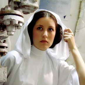 scruffy-rebel-cosplayer-princess-leia-white-outfit